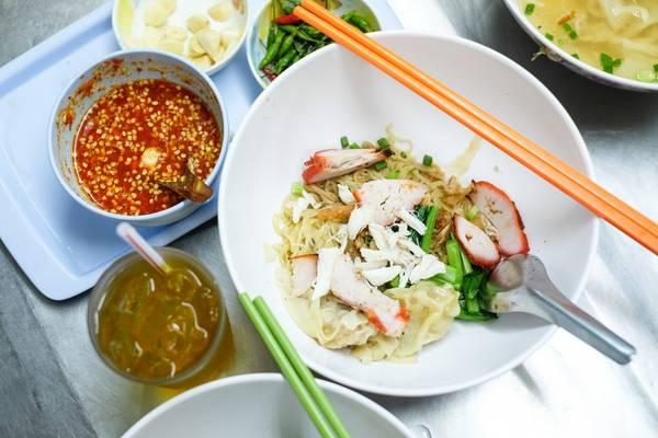Mì vằn thắn: Có lẽ người Việt khá quen thuộc với món này ở khu quận 5 hay quận 11 nhưng các bạn nên nhớ rằng ở mỗi khu người Hoa tại mỗi đất nước khác nhau đều có hương vị đặc trưng riêng. Tương tự như miến xào tôm cua, các bạn nên tìm đến Chinatown để thưởng thức món này,ngoài ra các bạn có thể tìm thấy món này trong các FoodCourt tại Bangkok nhưng chắc chắn sẽ không ngon như ở khu Chinatown.