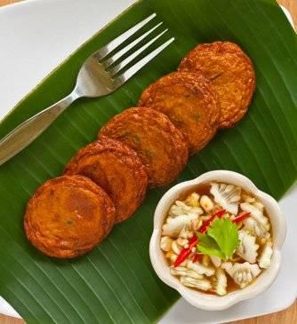 Chả cá chiên Thái Lan : Khá giống với món chả cá chiên Việt Nam nhưng chả cá của người Thái còn có thêm lá chanh và ăn kèm đậu đũa sống và nước sốt đặc trưng. Bạn có thể tìm kiếm món này ở bất cứ gánh hàng rong này tại Bangkok.