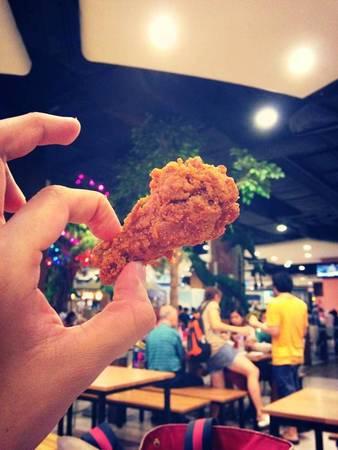 """Cánh gà chiên KFC: Đã từng có nhiều người bảo mình điên khi qua Thái lại ăn KFC. Nhưng thật ra ở mỗi thị trường thì KFC lại có một món ăn đặc trưng riêng và đây chính là món gà chiên đặc trưng của KFC Thái Lan .Hãy đến KFC gần nhất và order ngay 1 phần cánh gà """"WINGZ ZABB"""" ,bạn sẽ phải bất ngờ vì mùi vì đậm đà chua cay của món này đấy."""