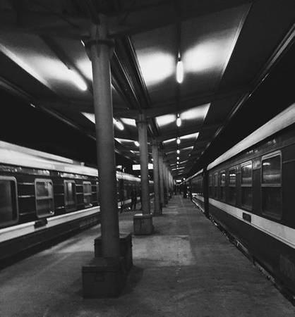 Từ Hà Nội đi Sa Pa hiện nay tương đối dễ dàng. Bạn có thể đi tàu hỏa chạy chuyến đêm, từ ga Hà Nội tàu đến ga Lào Cai vào sáng sớm, sau đó đi xe buýt thêm một tiếng đồng hồ lên Sa Pa. Hoặc bạn cũng có thể mua vé xe khách giường nằm đi thẳng từ Hà Nội lên thị trấn Sa Pa.