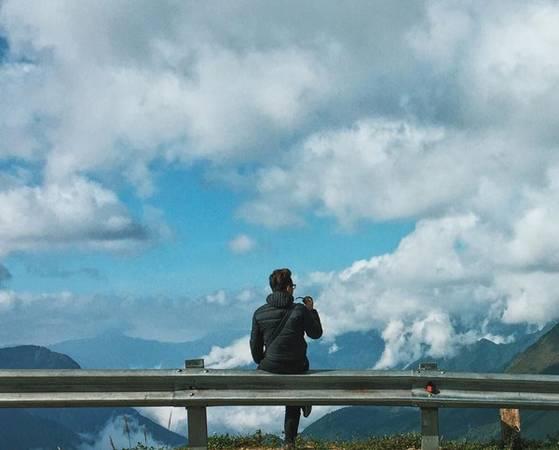 Còn nếu muốn đi Lao Chải - Tả Van, tốt nhất bạn nên thuê xe máy, vì đường đi khá xa. Dọc theo con đường dẫn vào bản, bạn sẽ được chiêm ngưỡng những thửa ruộng bậc thang nối tiếp nhau, và đắm mình trong sự yên bình của núi rừng, đất trời.