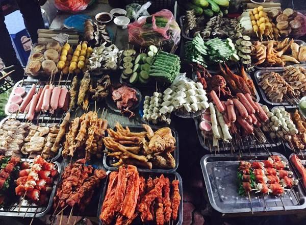 Đến Sa Pa, bạn không thể bỏ qua các món đặc sản. Nếu nhóm đông, bạn hãy vào nhà hàng, gọi nồi lẩu cá hồi nghi ngút khói và cảm nhận vị đậm đà của thịt cá tươi, ăn kèm các loại rau thanh mát. Ngoài ra, xiên nướng vỉa hè cũng là món ngon hút hồn du khách xưa nay. Có rất nhiều loại nguyên liệu dể bạn lựa chọn với giá thành khá hợp lý.