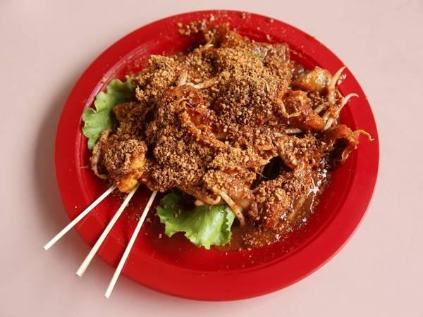 Rojak là salad rau quả làm từ dứa, dưa chuột, bột chiên với sốt cá, thêm chút lạc xay rắc lên trên. Món ăn này hòa trộn các vị như ngọt, cay.