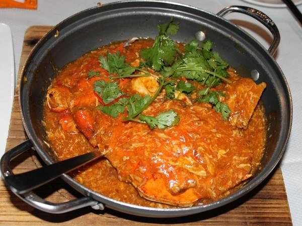 Cua sốt ớt là một trong những món nổi tiếng nhất Singapore. Cua được bao bọc bởi lớp nước sốt ớt, cà chua đậm đà hương vị. Khi ăn, thực khách phải dùng tay tách thịt cua trực tiếp nên khá tốn giấy ăn, nhưng bù lại đây là món rất đáng thử.