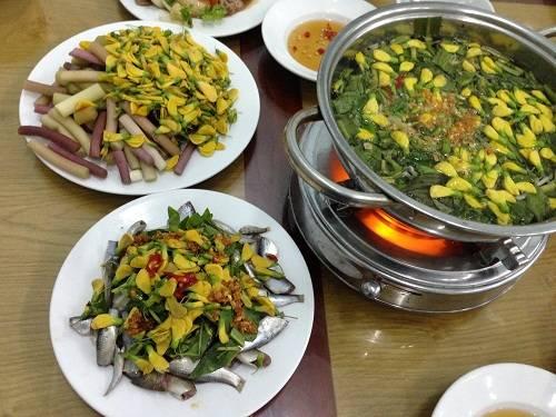 Giá một nồi lẩu cho hai người ăn khoảng 100.000 đồng ở các quán ăn lớn nhỏ ở TP Sa Đéc hoặc Cao Lãnh. Ảnh: Má Lúm.