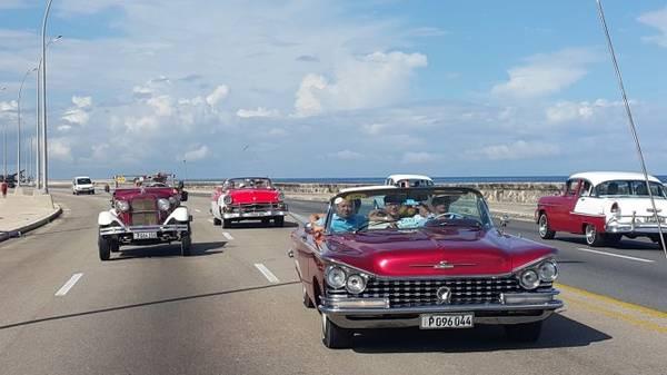 """Du khách VN được khám phá một vòng thủ đô La Habana trên các ôtô có """"tuổi đời"""" hơn 60 năm - Ảnh: CHÁNH HƯNG"""