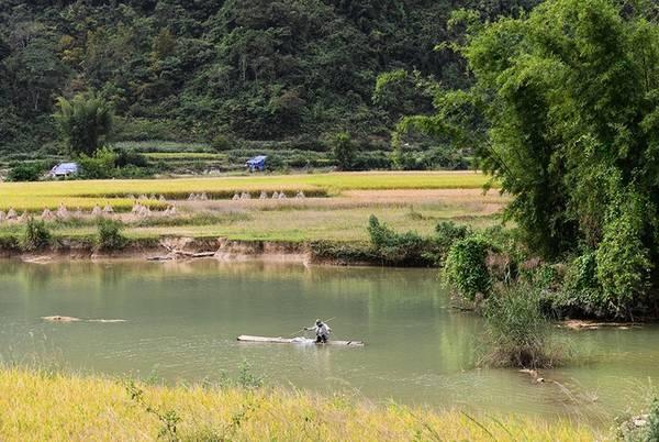 Nếu như dưới chân thác ầm ào nước đổ thì khung cảnh lại trái ngược nếu xuôi theo nhánh dòng sông Quây Sơn. Cuộc sống yên bình, người dân ở đây thường giăng lưới bắt cá vào buổi chiều.