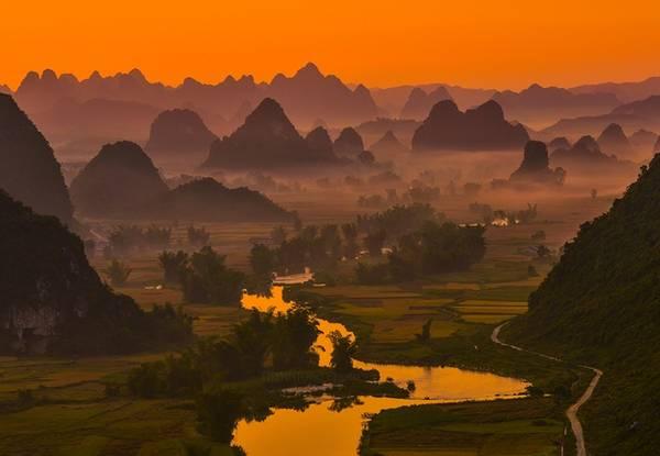 Bình minh miền biên viễn trên cánh đồng Ngọc Côn, cách thác Bản Giốc hơn 20 km. Mặc dù đường đi còn nhiều khó khăn, điểm đến là món quà xứng đáng để bạn vượt qua.