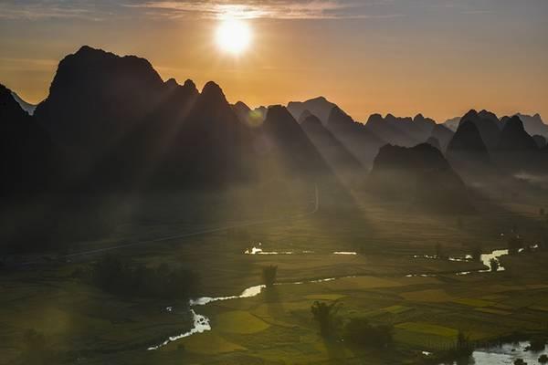 Bình minh và hoàng hôn là thời điểm đẹp nhất trong ngày để chớp được những khoảnh khắc đẹp. Trên hình là những tia nắng đầu tiên chiếu xuống cánh đồng vàng.