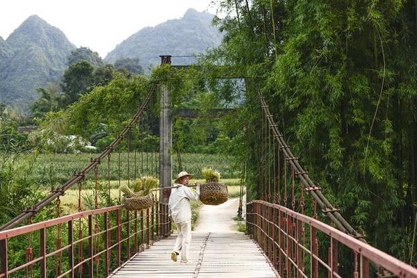 Nếu đi từ Hà Nội, bạn có thể chọn cung Lạng Sơn - Mẫu Sơn - Cao Bằng - Trùng Khánh để thưởng ngoạn cảnh đẹp dọc đường đi.