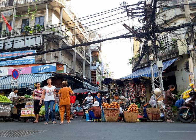 Những ổ bánh mì vàng giòn là bữa sáng quen thuộc của người Sài Gòn.