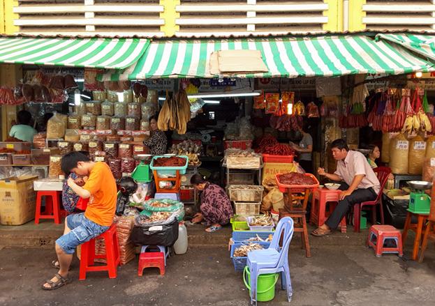 Nhiều tiệm tạp hóa bày biện các món hàng với mong muốn một ngày đông khách, mua may bán đắt.