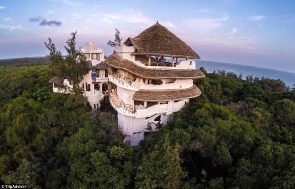 Treehouse, Watamu, Kenya: Khu nhà trên cây ấn tượng này cho du khách chiêm ngưỡng cả rừng nguyên sinh và Ấn Độ Dương.