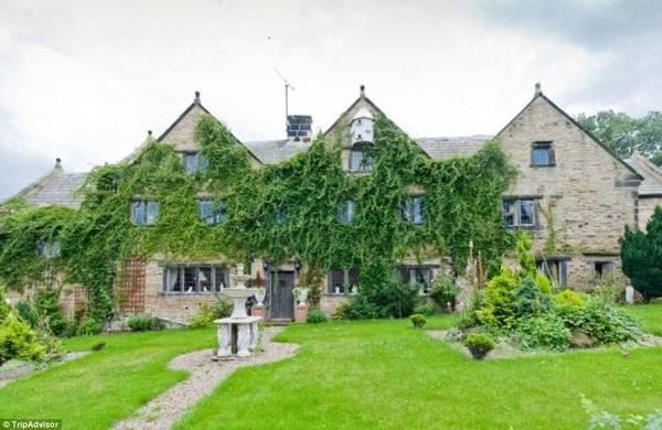 Hag Hill Hall, Chesterfield, Derbyshire, Anh: Ngôi nhà cổ này được xây dựng từ thế kỷ 17, có hai phòng khách lớn, một sảnh ăn và 8 phòng ngủ (đủ chỗ cho 18 người).