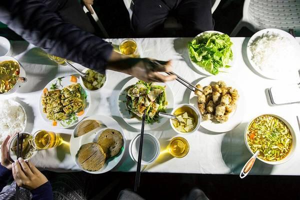 Thưởng thức những món ăn dân dã, nhẹ nhàng.