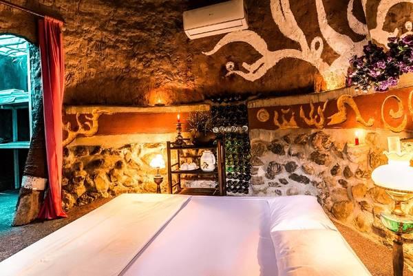 Phòng ngủ ấm cúng, đậm chất nghệ thuật.