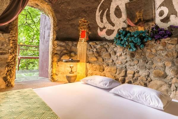 Phòng ngủ có hướng nhìn ra vườn cây xanh mát.