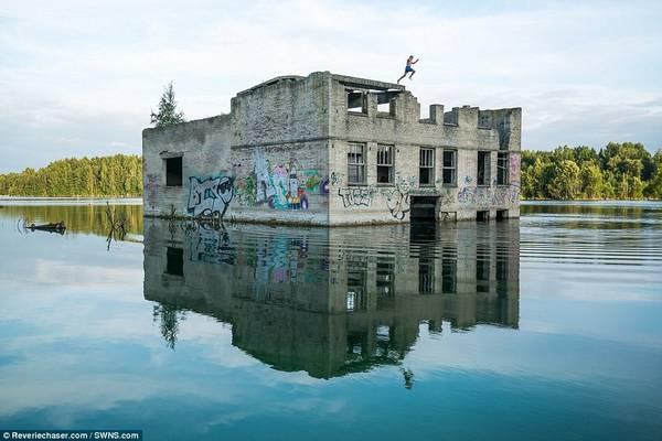 Các tay bơi liều lĩnh nhảy xuống từ tường nhà tù. Họ phải khéo léo tránh khỏi dây thép gai, các khối bêtông và máy móc chìm dưới nước.