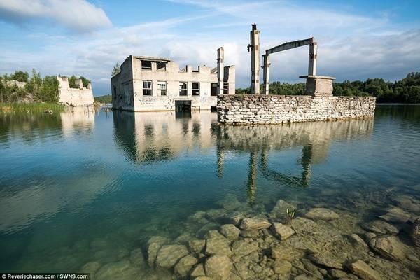 Hồ nước quanh nhà tù có thể dâng cao 15 m, nhấn chìm hơn nửa tòa nhà.