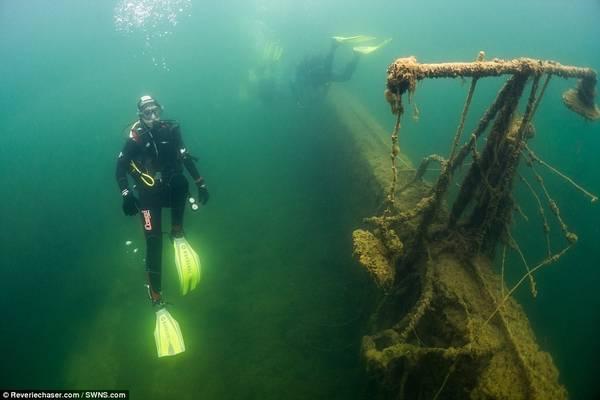 Các công ty lặn cung cấp tour khám phá tàn tích và khu vực ngập nước.