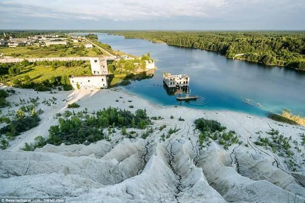 Hồ nước quanh công trình cũ nát này có màu xanh ấn tượng do đá vôi.