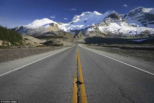Icelands, Alberta Nơi cao tốc dài 225 km này chạy qua được nhiều tay lái chọn là có cảnh đẹp ngoạn mục, với hơn 100 sông băng và nhiều dãy núi tuyết phủ trắng xóa. Con đường này còn chạy xuyên qua vùng lõi của hai vườn quốc gia Banff và Jasper, cùng dãy Rockies.