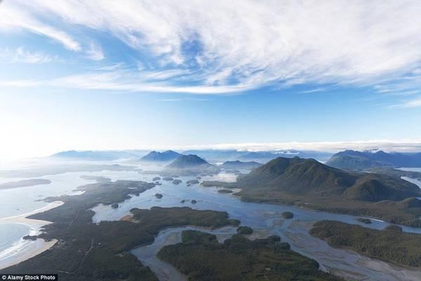 Pacific Rim, Đảo Vancouver Bắt đầu từ bãi biển Qualicum, con đường uốn lượn quanh co qua các vùng núi, hồ và rừng rậm trước khi chạm tới Tofino, thủ phủ của dân lướt ván ở Canada. Pacific Rim dài khoảng 161 km.