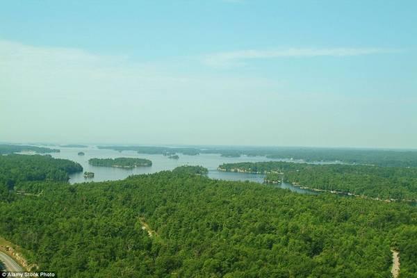 Thousand Islands, Ontario Đường chỉ kéo dài 33 km dọc theo sông St Lawrence ở Ontario, nơi có khoảng 1.800 hòn đảo phủ kín cây xanh. Phong cảnh nơi đây điểm xuyết thêm các lâu đài trên đảo, trông như một chốn thần tiên. Bên đường, đoạn giữa Gananoque và Mallorytown là nơi thích hợp cho các chuyến dã ngoại, đi tour thuyền hay chèo kayak.