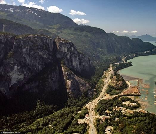 Sea to Sky, Bristish Columbia Bắt đầu từ Vancouver, đường Sea to Sky (tên chính thức là cao tốc 99) uốn lượn và cao dần lên tới hơn 670 m đến khu nghỉ mát đẳng cấp thế giới Whistler. Đi trên cung đường kéo dài 128 km này du khách có thể ngắm núi đá granite Chief cao 640 m, thác cao thứ 2 ở British Columbia - Shannon và công viên quốc gia Garibaldi Provincial.