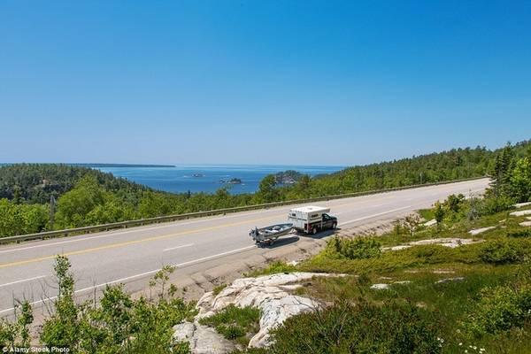 Cao tốc 17, Ontario Dọc theo hồ Superior, hồ nước ngọt lớn nhất thế giới với điều kiện thời tiết riêng biệt, cao tốc 17 có cảnh vật hai bên đẹp hút hồn du khách. Nhiều người cho rằng cảnh ở đoạn Sault Ste-Marie và Wawa, với công viên hồ Superior, có vẻ đẹp nguyên sơ và yên bình nhất. Cao tốc 17 kéo dài tới 719 km.