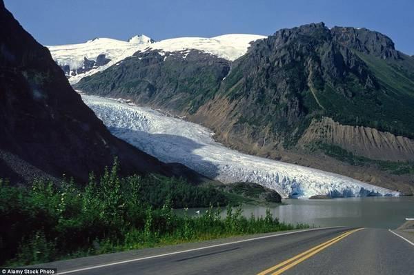 Glacier, Bristish Columbia Nổi tiếng với tên gọi Glacier (sông băng) hay cao tốc 37A, đây là một trong những hành trình mà du khách không thể bỏ qua khi tới Bristish Columbia. Glacier bắt đầu từ Stewart và kéo dài 64 km, đi qua nhiều vùng núi non trùng điệp. Con đường từng bị các sông băng phủ đầy nhưng băng đã rút bớt đi từ những năm 1940.