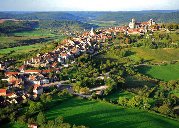 Vézelay, một trong những làng đẹp nhất nước Pháp - Ảnh: flickr