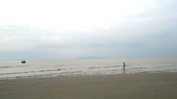 Cồn Nổi được hình thành do quá trình bồi đắp phù sa cửa sông Đáy. Lênh đênh trên con thuyền nhỏ, băng qua khu nuôi trồng hải sản, đến một cồn cát mênh mông giữa đại đương sẽ là trải nghiệm thú vị cho bạn. Đến đây, các bạn có thể thoải mái nô đùa, tắm biển và chờ hoàng hôn buông xuống. Ảnh: Kim Kim.