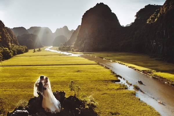 Đi trên dòng sông thơ mộng, qua các dãy núi đá vôi, du khách có thể ngắm nhìn những ruộng lúa hai bên đường. Từ trên cao, dòng sông Ngô Đồng uốn lượn qua các thửa ruộng và quần thể núi đá vôi thật hữu tình. Ảnh: Hailecao.