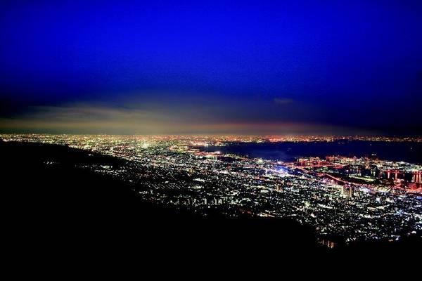 11. Núi Maya (Hyogo): Ngọn núi cao 700 m là một trong 3 điểm ngắm cảnh ngoạn mục nhất xứ sở mặt trời mọc. Từ đỉnh núi Maya, chúng ta có thể nhìn thấy thành phố Kobe, Osaka và một phần của Wakayama.