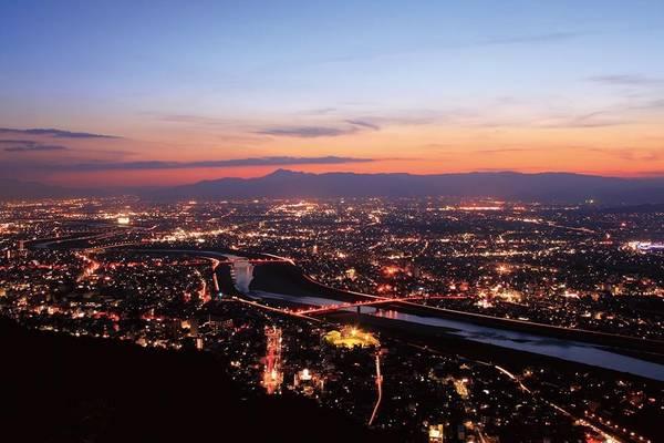 12. Núi Kinda (Gifu): Du khách có thể chọn dùng cáp treo hoặc đi bộ để lên núi Kinda. Từ đỉnh núi nhìn xuống, bạn sẽ thấy lâu đài Gifu nổi bật giữa khung cảnh đêm.