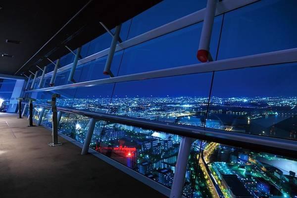 16. Tòa nhà Trung tâm Hành chính - Thương mại thế giới (Osaka): Ở độ cao 252 m, nơi đây là đài quan sát cao nhất khu vực miền tây Nhật Bản. Từ tầng 55 của tòa nhà, bạn có thể nhìn thấy thành phố và vịnh Osaka lộng lẫy về đêm.