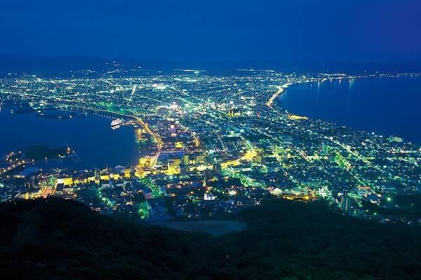 18. Núi Hakodate (Hokkaido): Từ đỉnh núi, du khách có thể nhìn thấy toàn thành phố Hakodate có hình dáng giống một chiếc quạt, với bãi biển uốn lượn 2 bên.