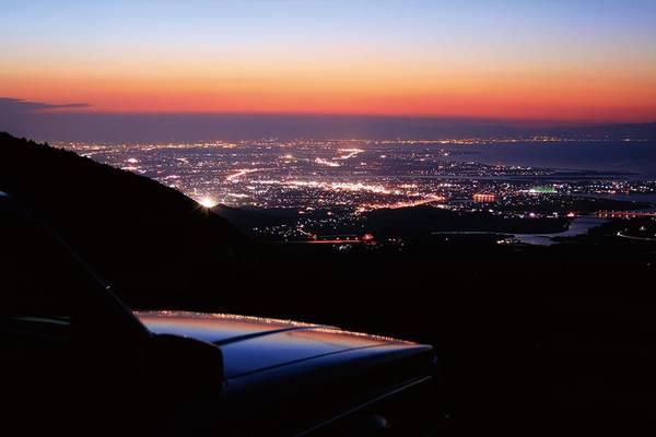 """3. Đường """"chân trời"""" Iseshima (Mie): Khi lái xe qua con đường này, bạn dễ bị cuốn vào khung cảnh thành phố biển Ise về đêm. Kết hợp với bờ biển và núi Phú Sĩ, đây là một điểm ngắm Nhật Bản đẹp tuyệt diệu."""