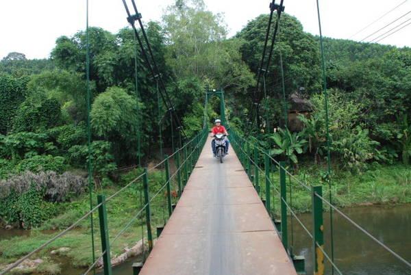Cầu treo dẫn du khách vào làng Bhơ Hôồng để tham quan, nghỉ ngơi - Ảnh: V. HÙNG