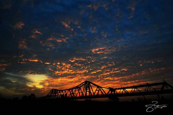 Tới nay, cầu Long Biên đã hơn 100 tuổi, khoác lên mình màu sắc cũ kỹ dù được tu sửa nhiều lần.