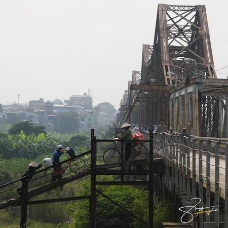 Đây cũng là cây cầu hiếm hoi ở nước ta, các phương tiện di chuyển phía bên trái đường.