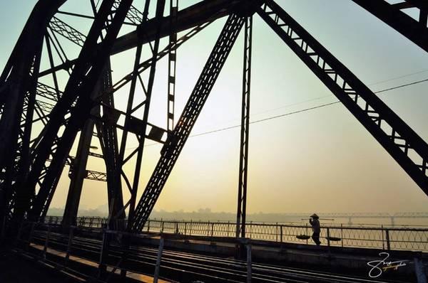 Cảnh hoàng hôn trên cầu Long Biên khơi gợi nhiều cảm xúc, là nguồn cảm hứng sáng tác cho các nhiếp ảnh gia.