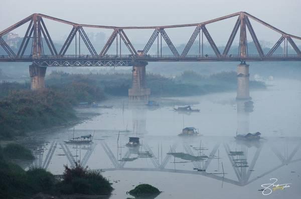 Cầu Long Biên có các phần đường dành cho người đi bộ, xe cơ giới và tàu hỏa.