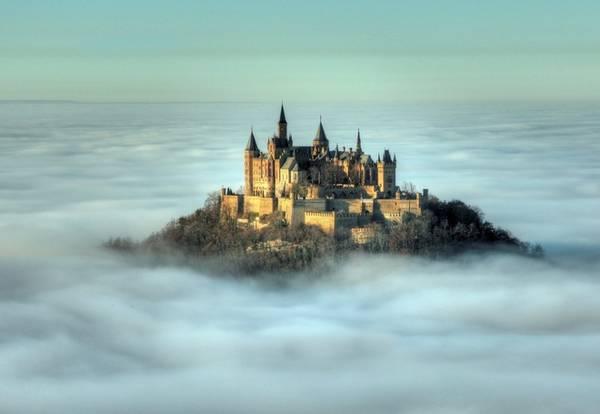 Hohenzollern, Đức: Lâu đài nằm trên đỉnh núi Hohenzollern, cao 2.800 m so với mực nước biển. Nơi đây từng là chỗ nghỉ của các vua Phổ.