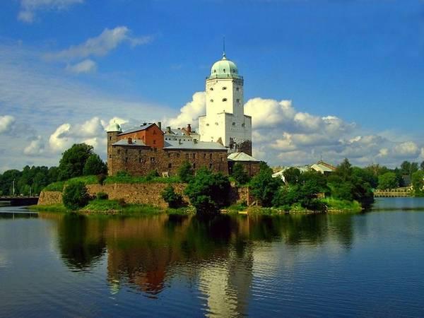 Vyborg, Nga:  Lâu đài Vyborg được xây dựng bởi những người Thụy Điển năm 1293, sau một cuộc thập tự chinh của họ vào Karelia. Ngày nay, lâu đài là một bảo tàng.
