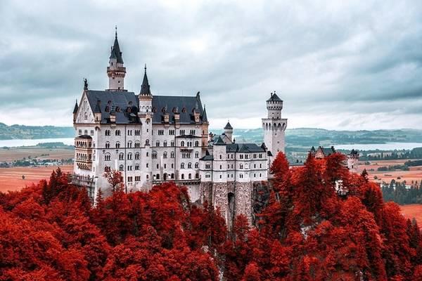Neuschwanstein, Đức: Giữa thế kỷ 19, vua Ludwig II ra lệnh cho xây dựng tòa lâu đài có tên Neuschawanstein. Kiệt tác này của nước Đức đã tạo cảm hứng để Disneyland thiết kế ra lâu đài cho nàng công chúa ngủ trong rừng (Sleeping Beauty) của mình.