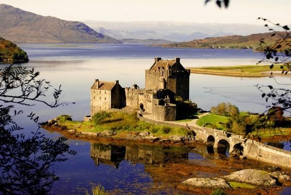 Eilean Donan, Scotland: Lâu đài nằm trên một hòn đảo ở Loch Duich, là một trong những điểm đến lãng mạn nhất Scotland. Nơi đây nổi tiếng với các huyền thoại, là điểm đến cho nhiều nhà làm phim.