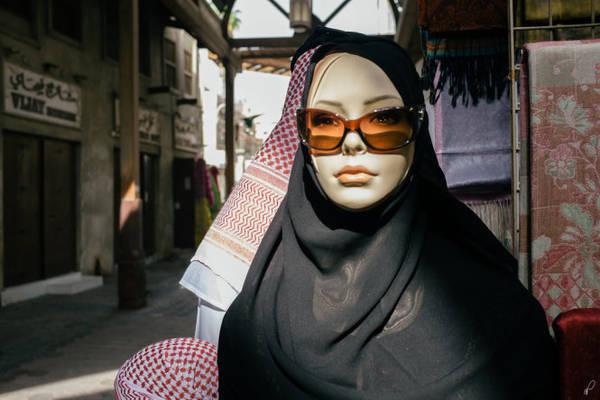 Năm 2009, chính quyền Iran cấm người dân trưng bày manơcanh trong cửa hàng mà không đội khăn choàng đầu - Ảnh: Flickr