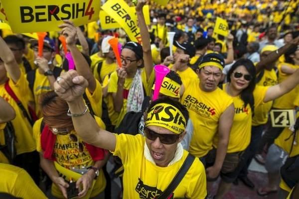 Nhóm người mặc áo vàng tham gia cuộc biểu tình chống chính phủ Malaysia vào tháng 9-2015 - Ảnh: Reuters